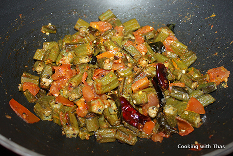 making okra masala in yogurt