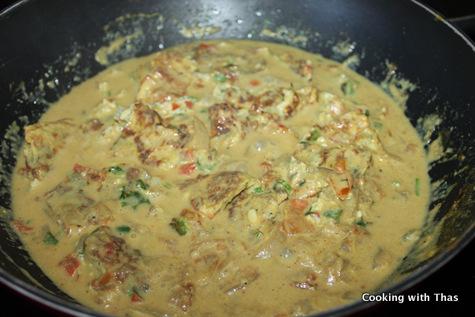 making egg omelette korma