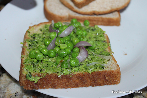 peas pesto spread in bread